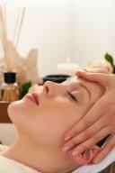 Eine Frau genießt eine Wellnessmassage
