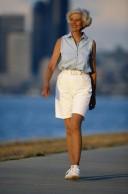 Schonende Bewegung wie leichtes Walken kann Arthrosebeschwerden lindern.